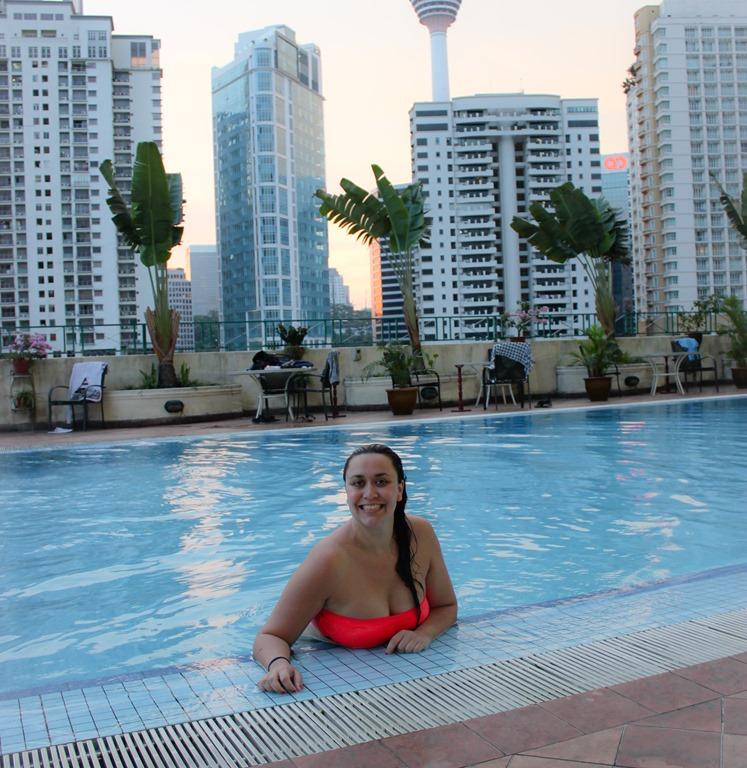 Image d'une femme dans la piscine de l'hôtel soleil à Kuala Lumpur