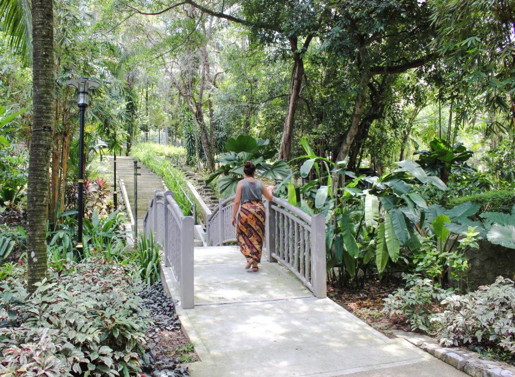 Image d'une femme qui marche sur un pont ua Perdana Botical Garden
