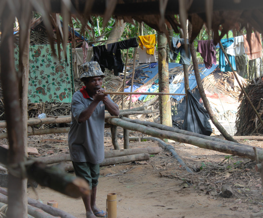 Homme tribu Orang Asli qui fait de la sarbacane