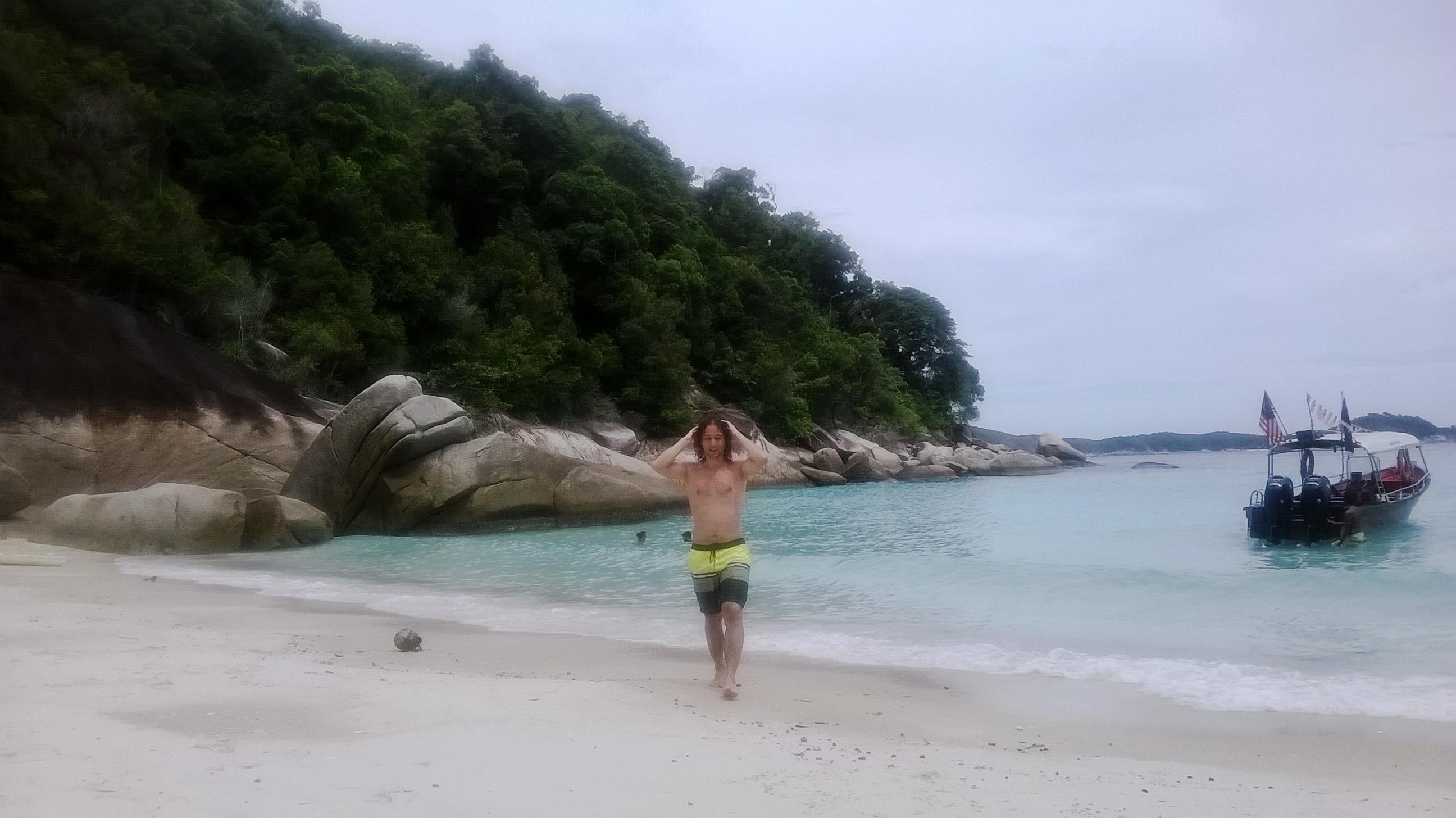 Image d'un homme qui sort de l'eau  à turtle beach