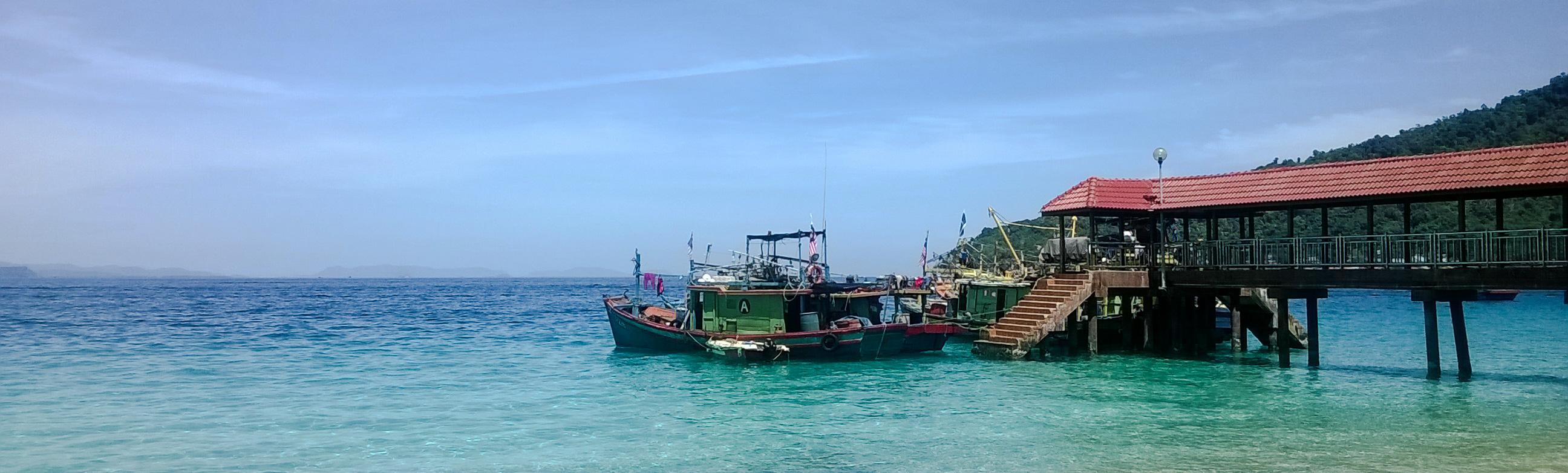 Image d'un bateau sur la plage de pulau Besar