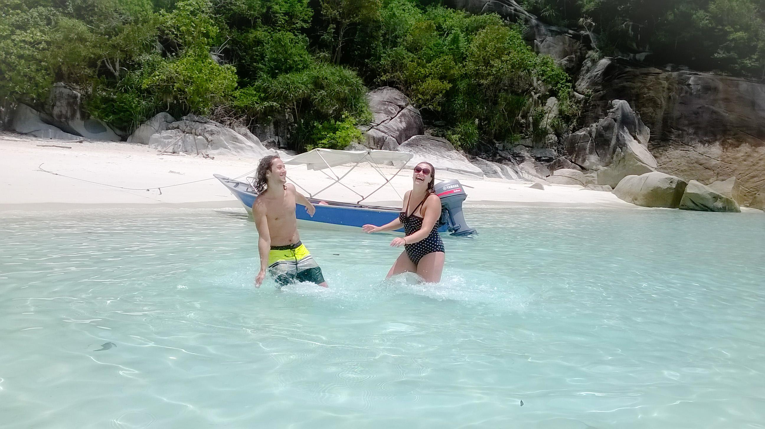 Image d'un couple dans l'eau de turtle beach