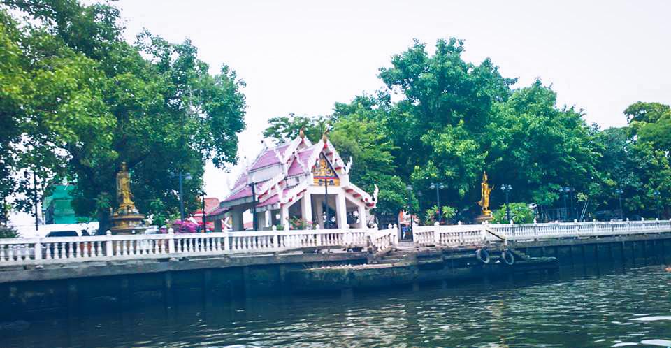 Image d'un temple dans les Klongs à Bangkok