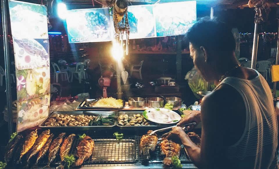 Image d'un homme qui cuisine sur un stand de street food