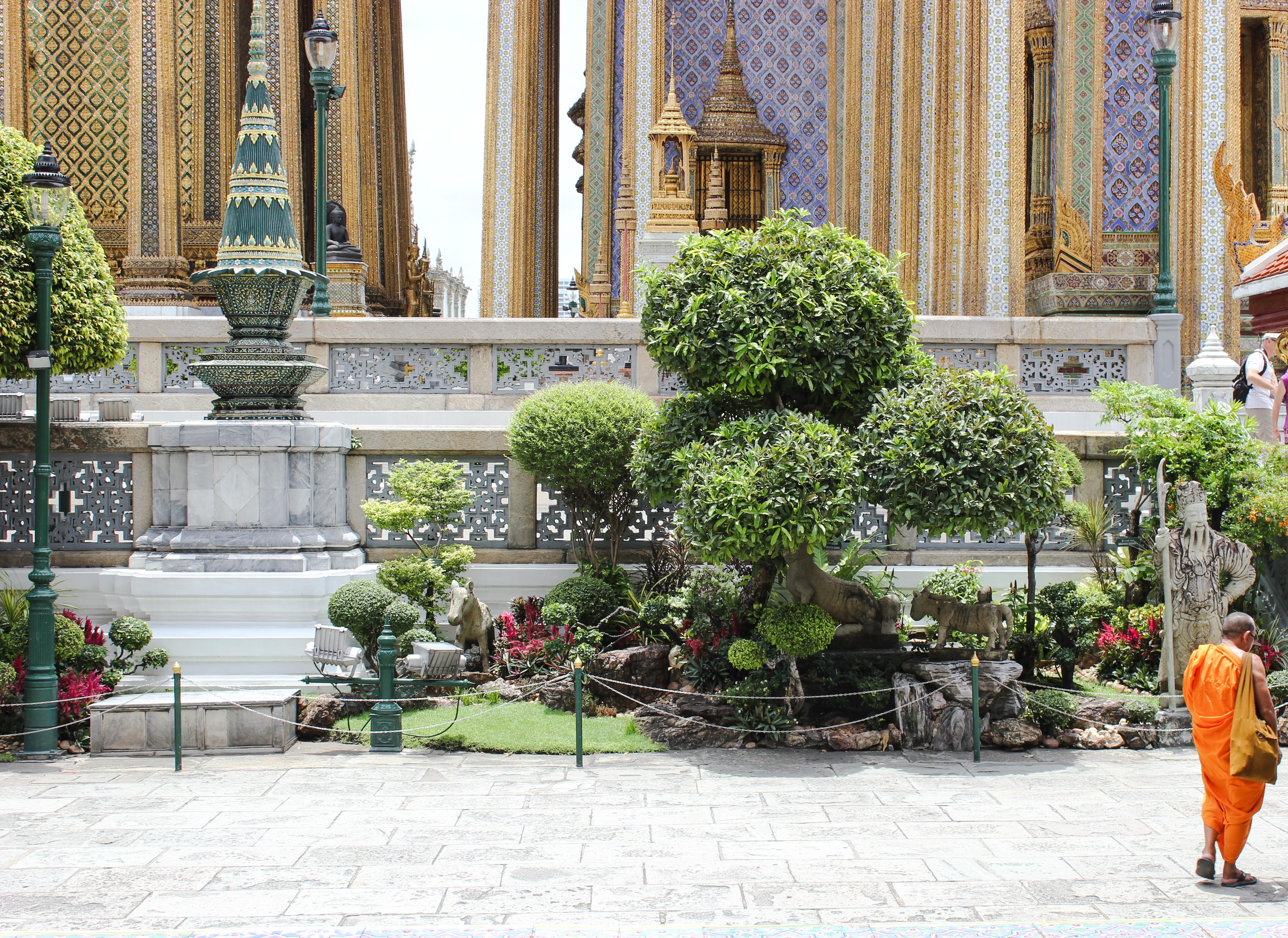 Image d'un moine au palais royal de Bangkok