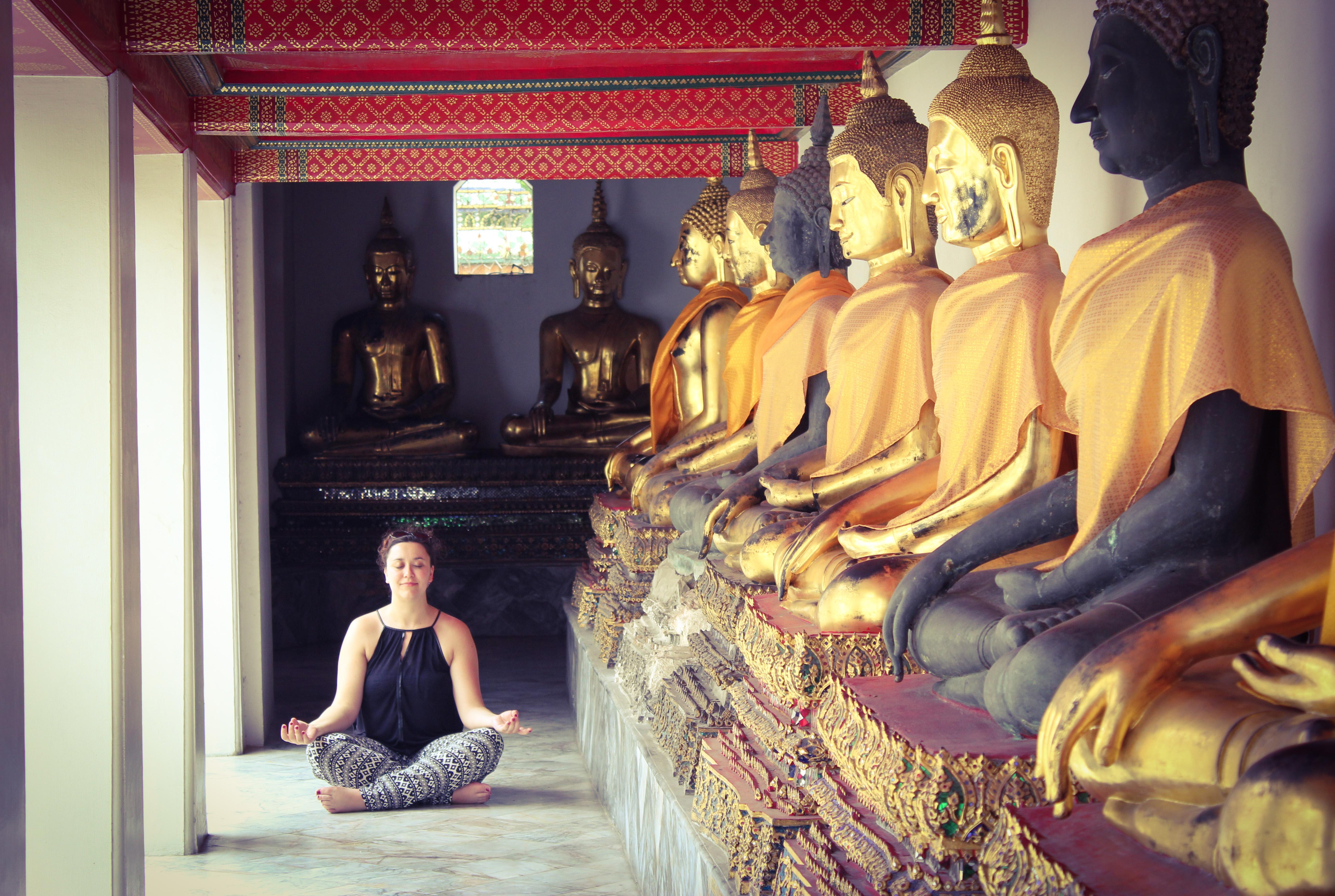 Image d'une femme qui médite au Temple du Bouddha d'or