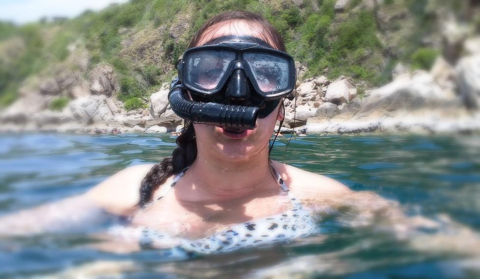 Image d'une femme avec masque et tuba