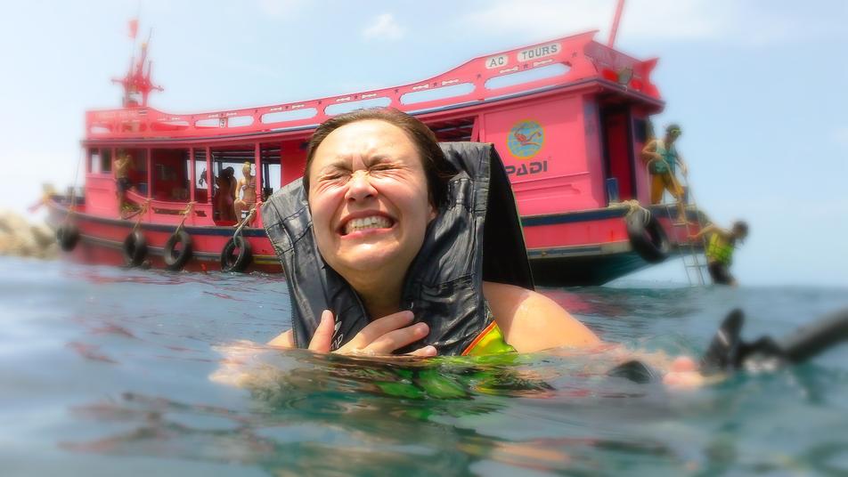 Image 'une femme qui nage dans la mer