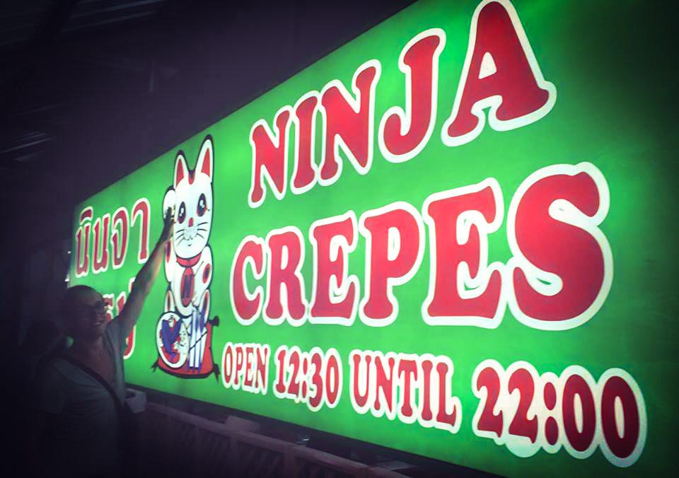 Image d'un homme devant le restaurant Ninja crepes
