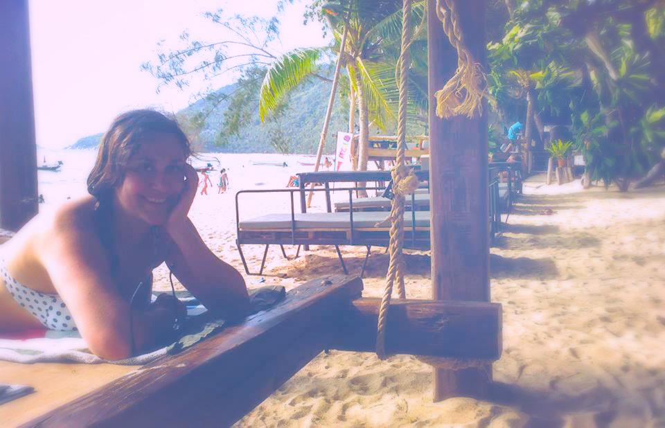 Une femme allongée sur la plage koh tao