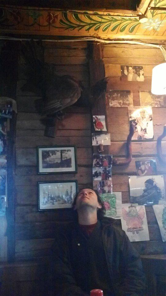 Un homme regarde un animal empaillé
