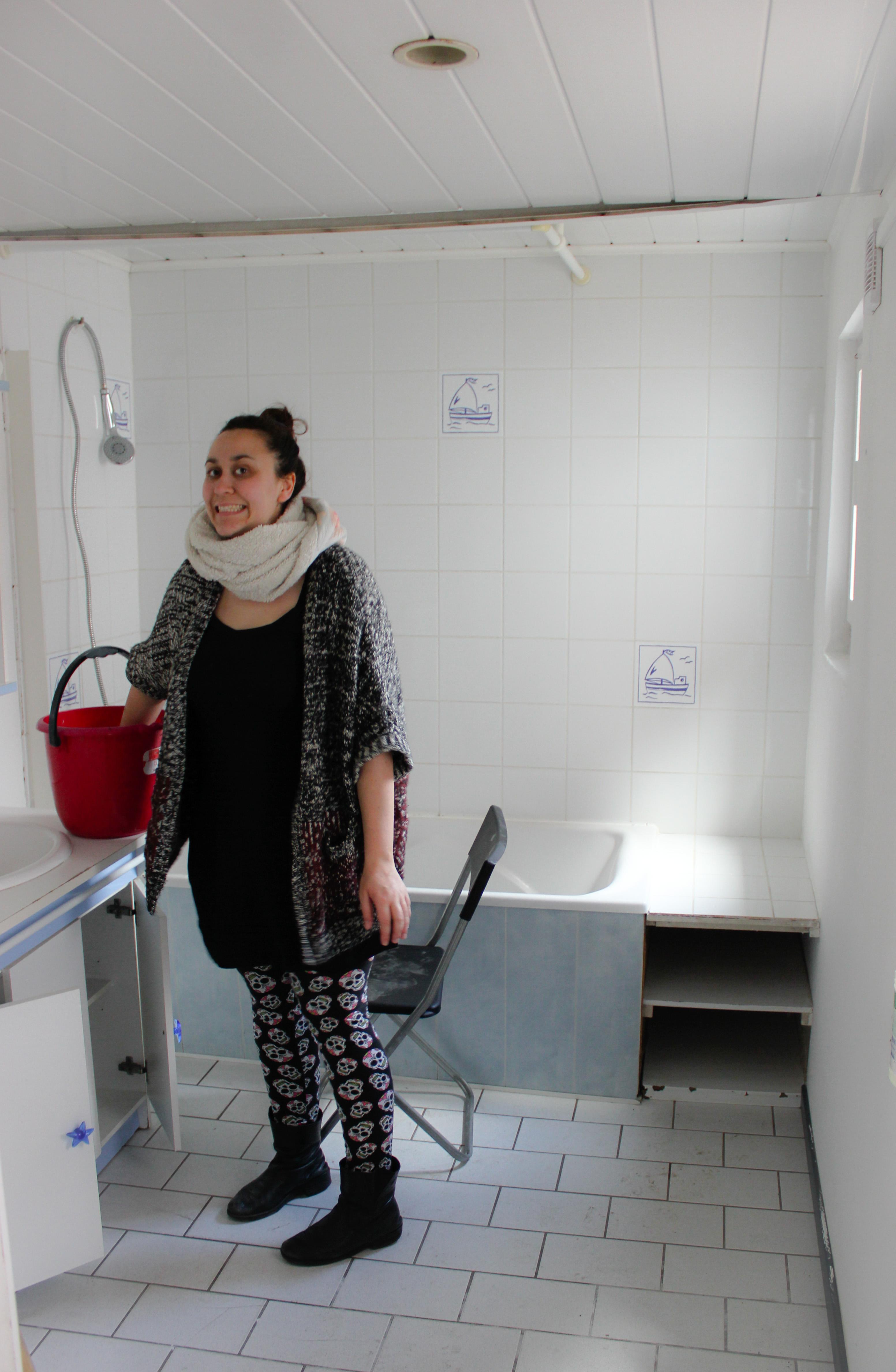 Emilie qui nettoie l'ancienne salle de bain