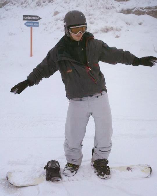 Homme faisant du snow board