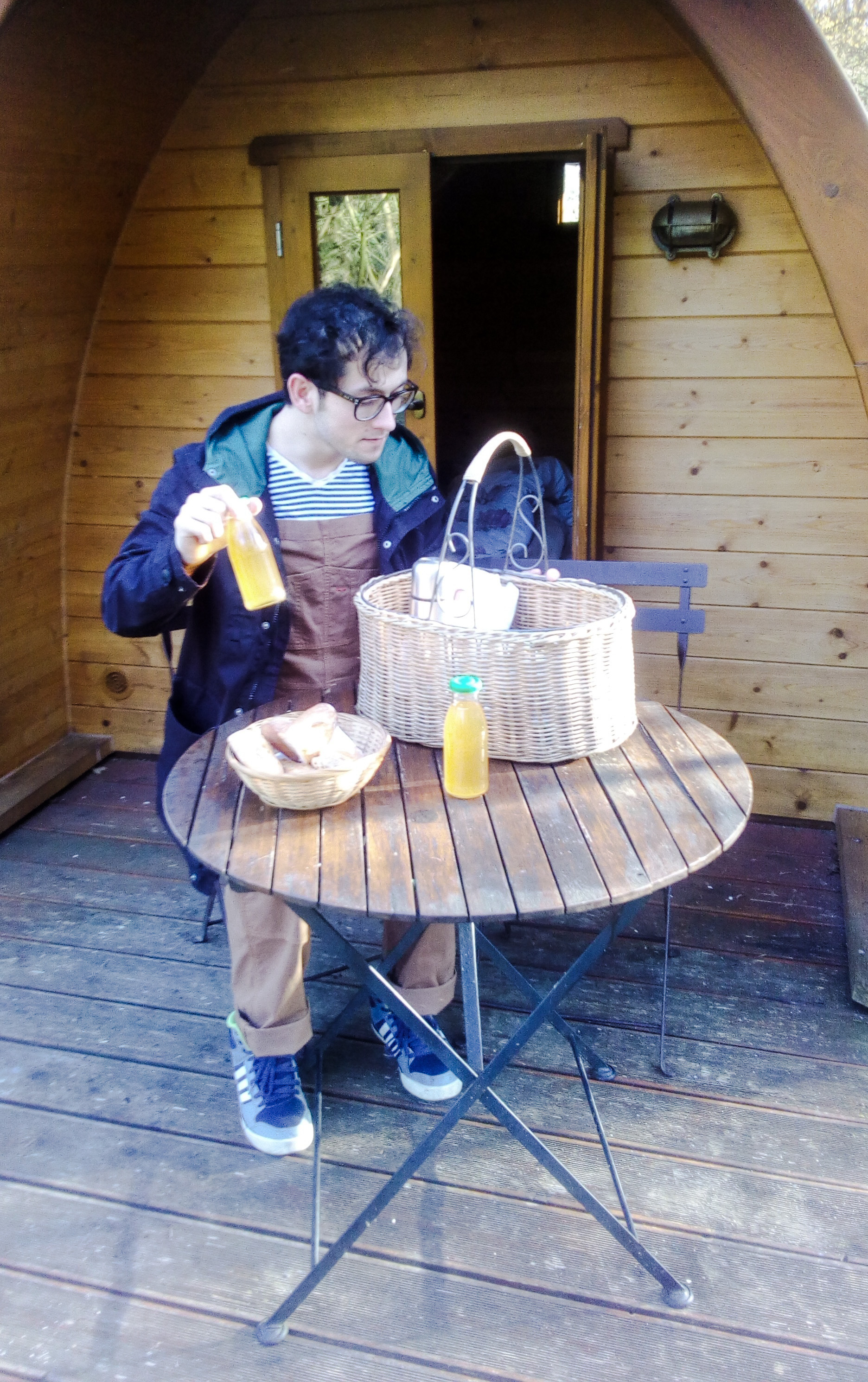 Image d'un homme qui prépare un petit déjeuner devant le POD