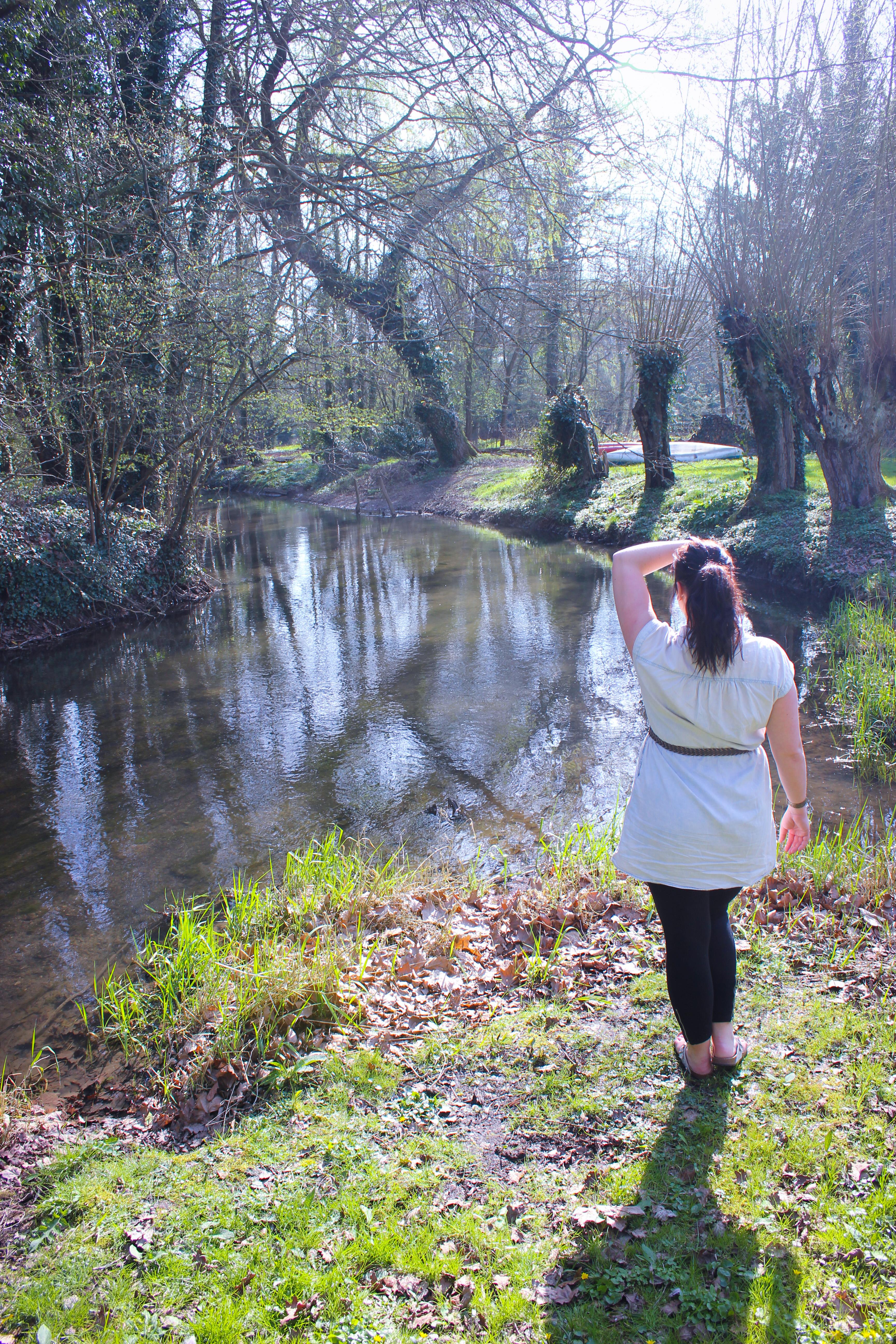 Image d'une femme au bord de l'eau à la maison de l'Omignon