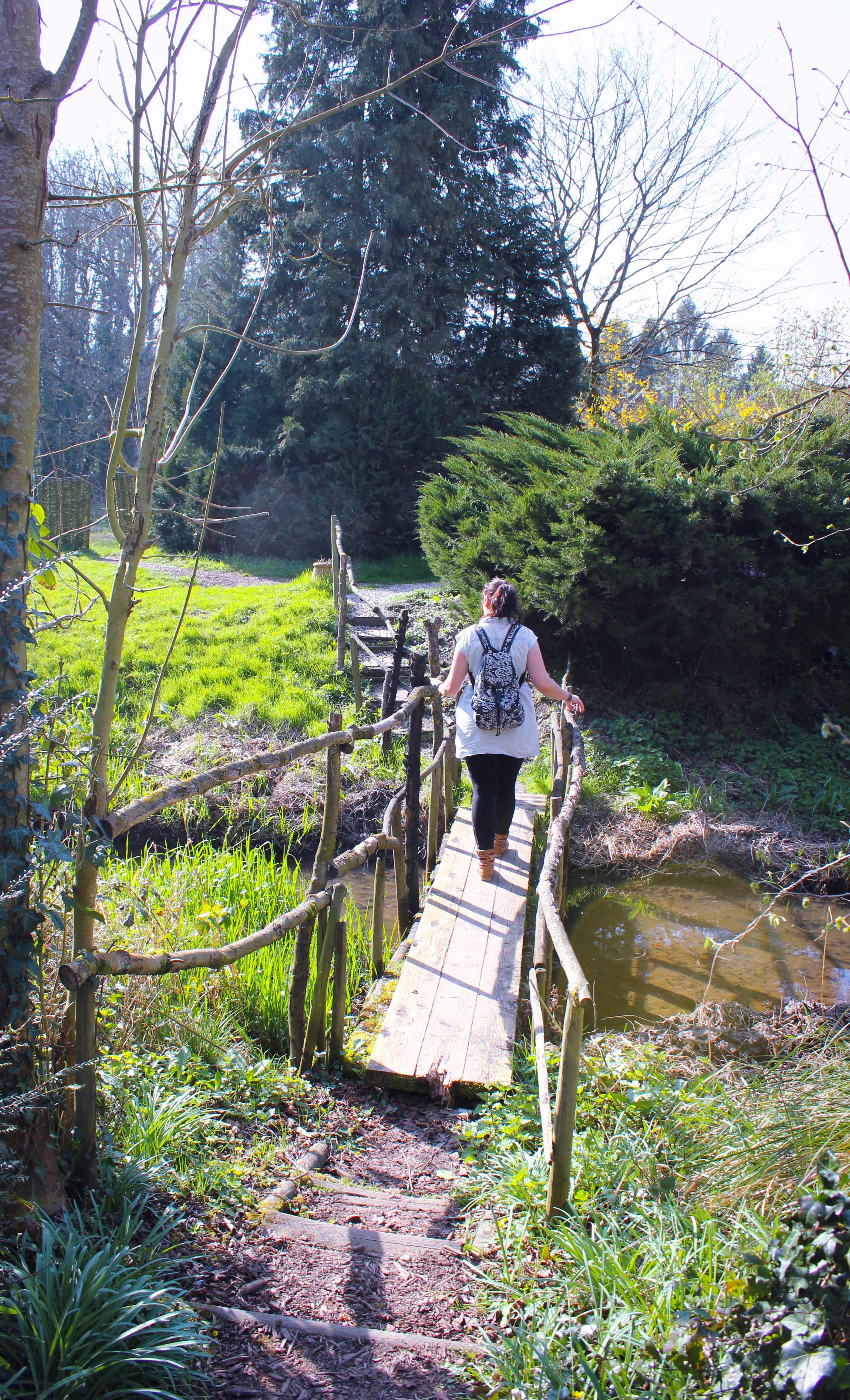 Image d'une femme qui traverse un pont dans la maison de l'Omignon