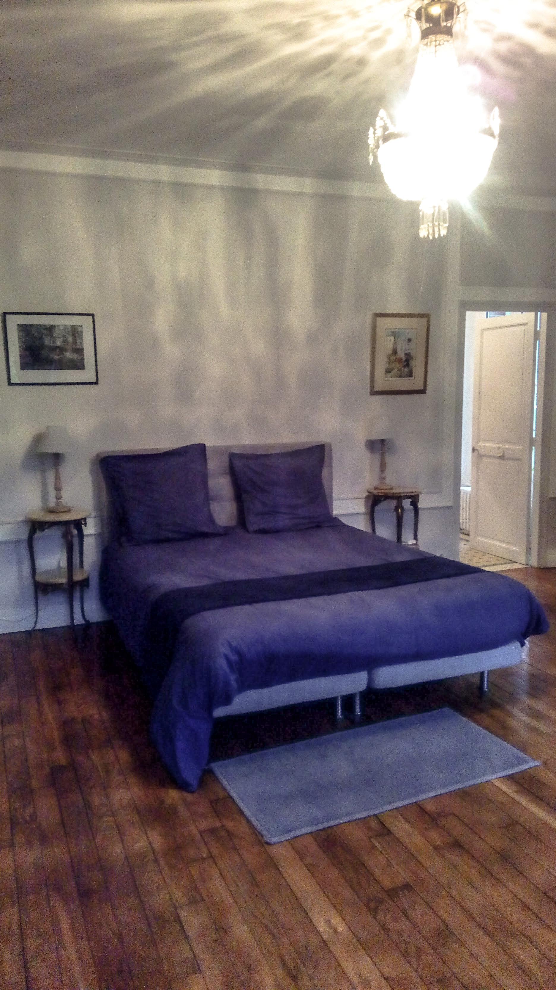 Image d'un lit dans la hambre du château de la Boubelle