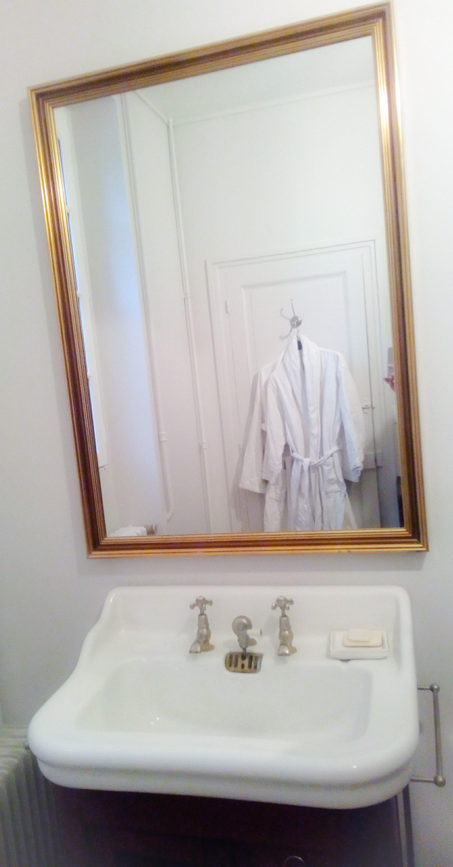 Image du miroir de la salle de bain au château de la Bourbelle
