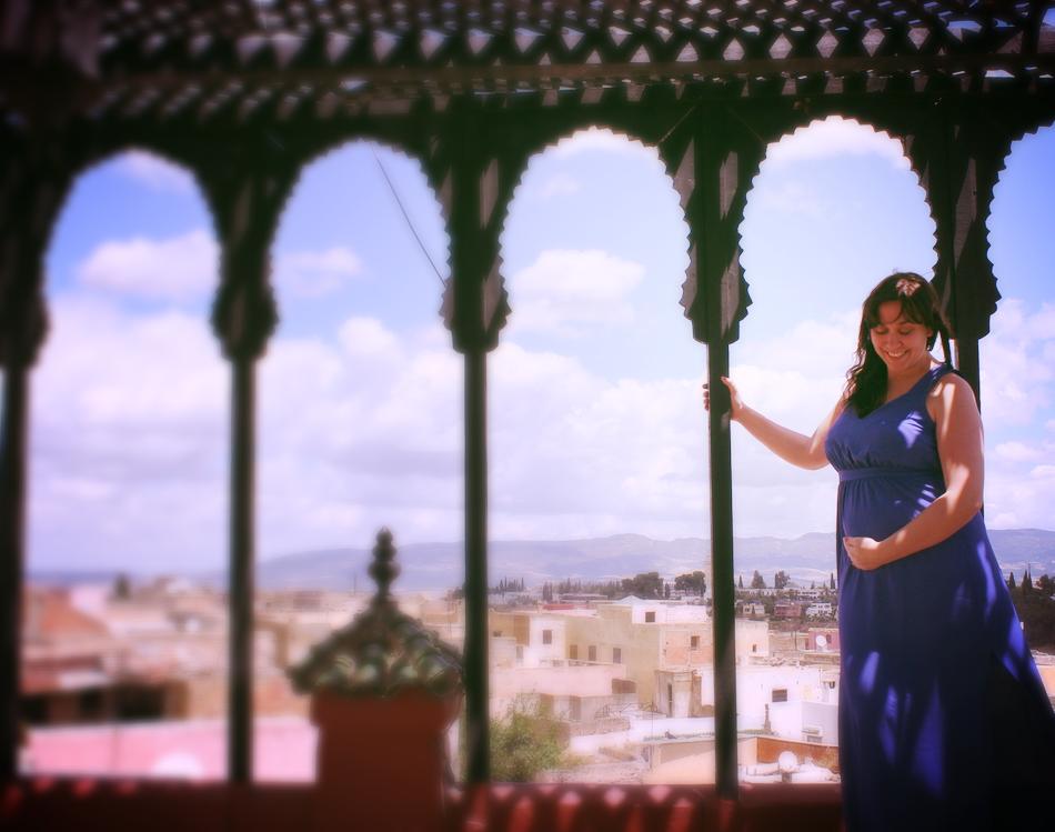 Image d'une femme enceinte sur les hauteur de Meknès au Maroc