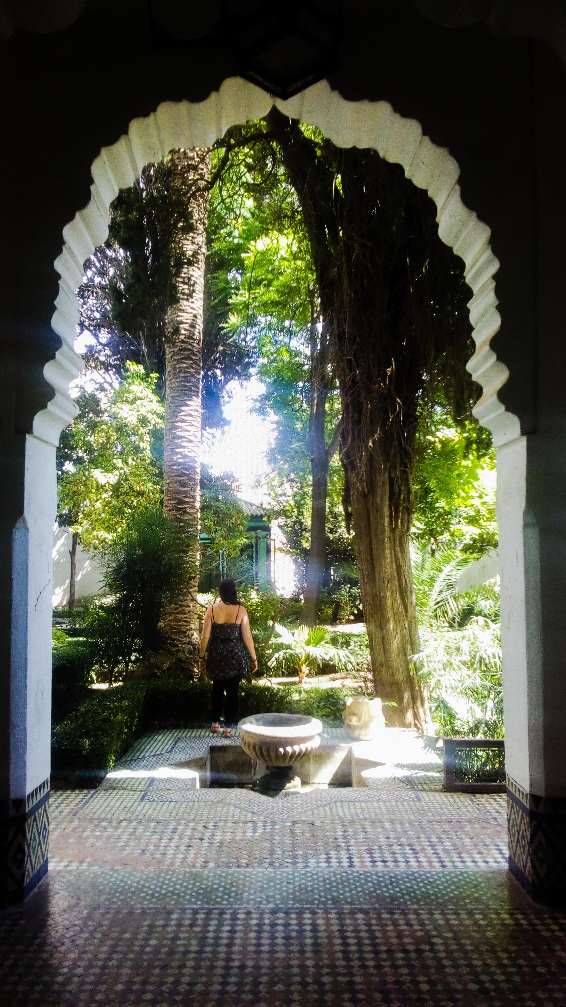 Femme de dos dans le jardin du musée Dar Jamai