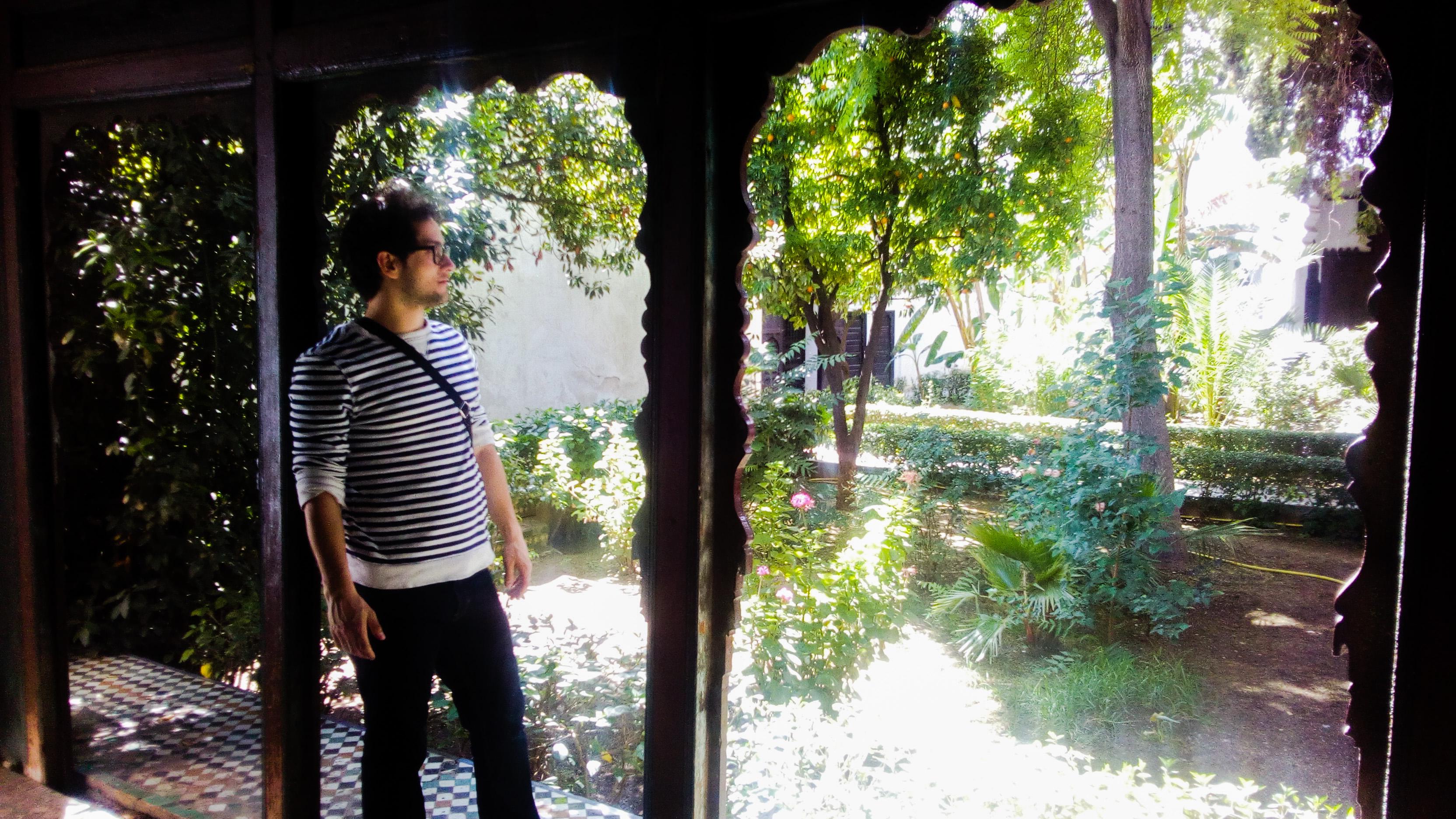 Image d'un homme dans le jardin du musée Dar Jamai