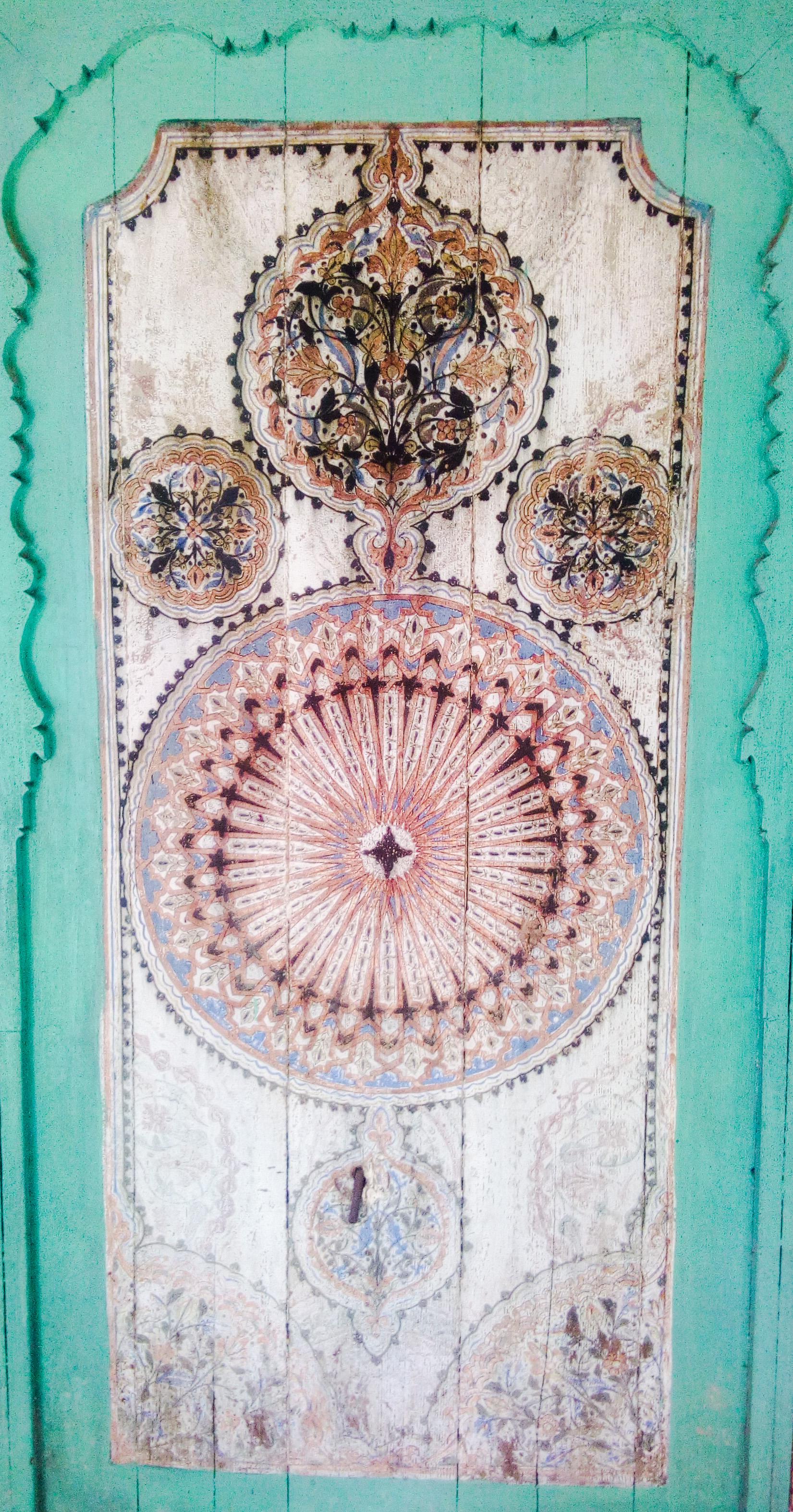 Image d'une boiserie sculptée turquoise dans le musée Dar Jamai à Meknès au Maroc