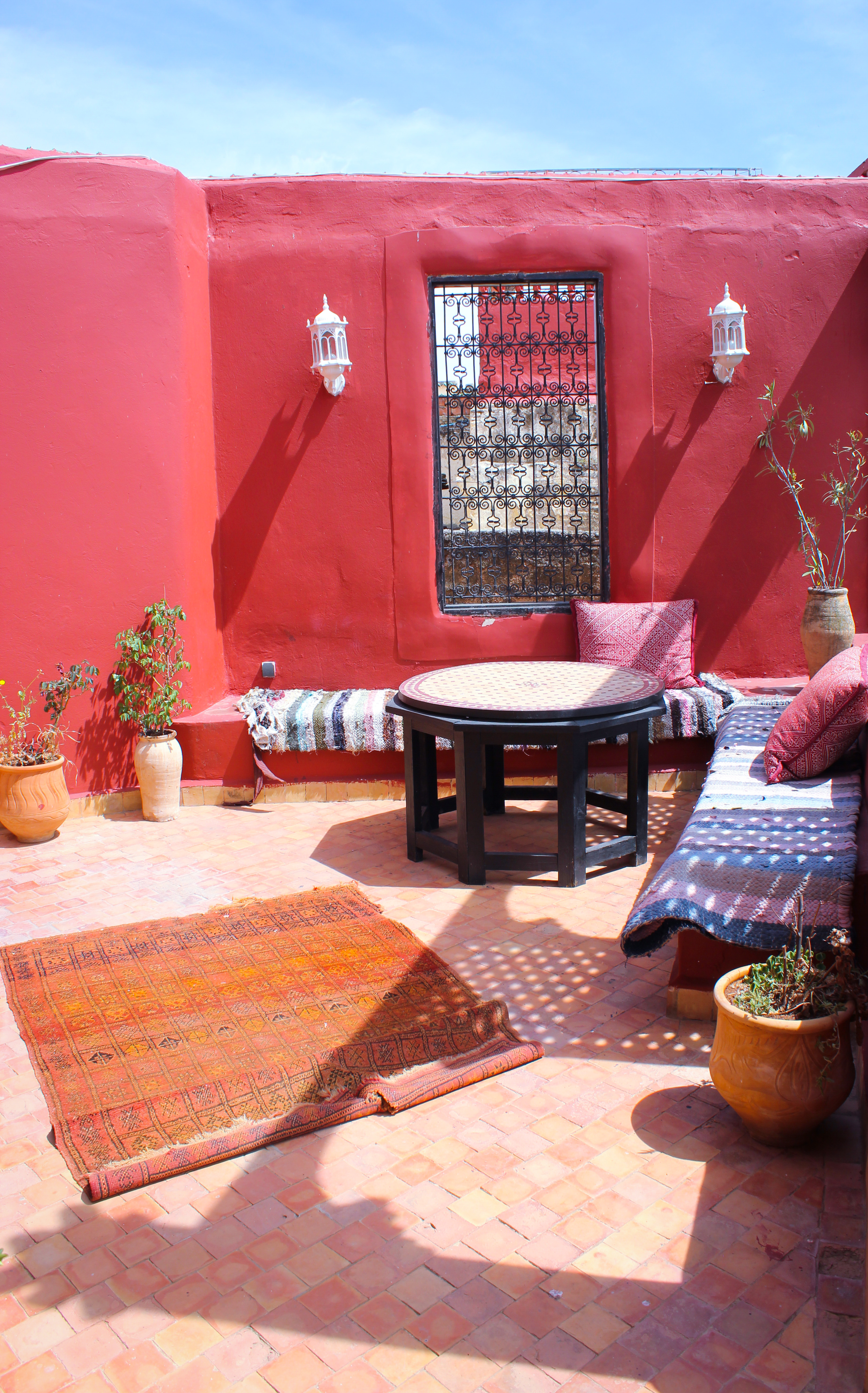 imaga d'un salon marocain sur le toit du riad d'or de Meknès