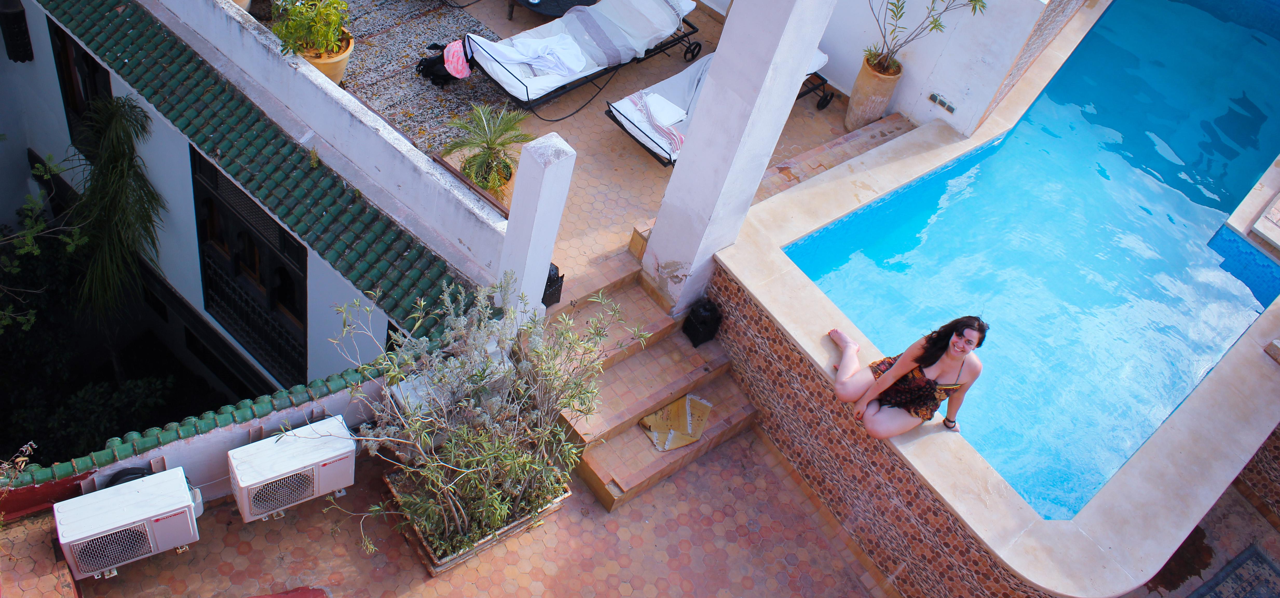 Sur l'image on voit un femme au bord de la piscine du riad d'or  à Meknès
