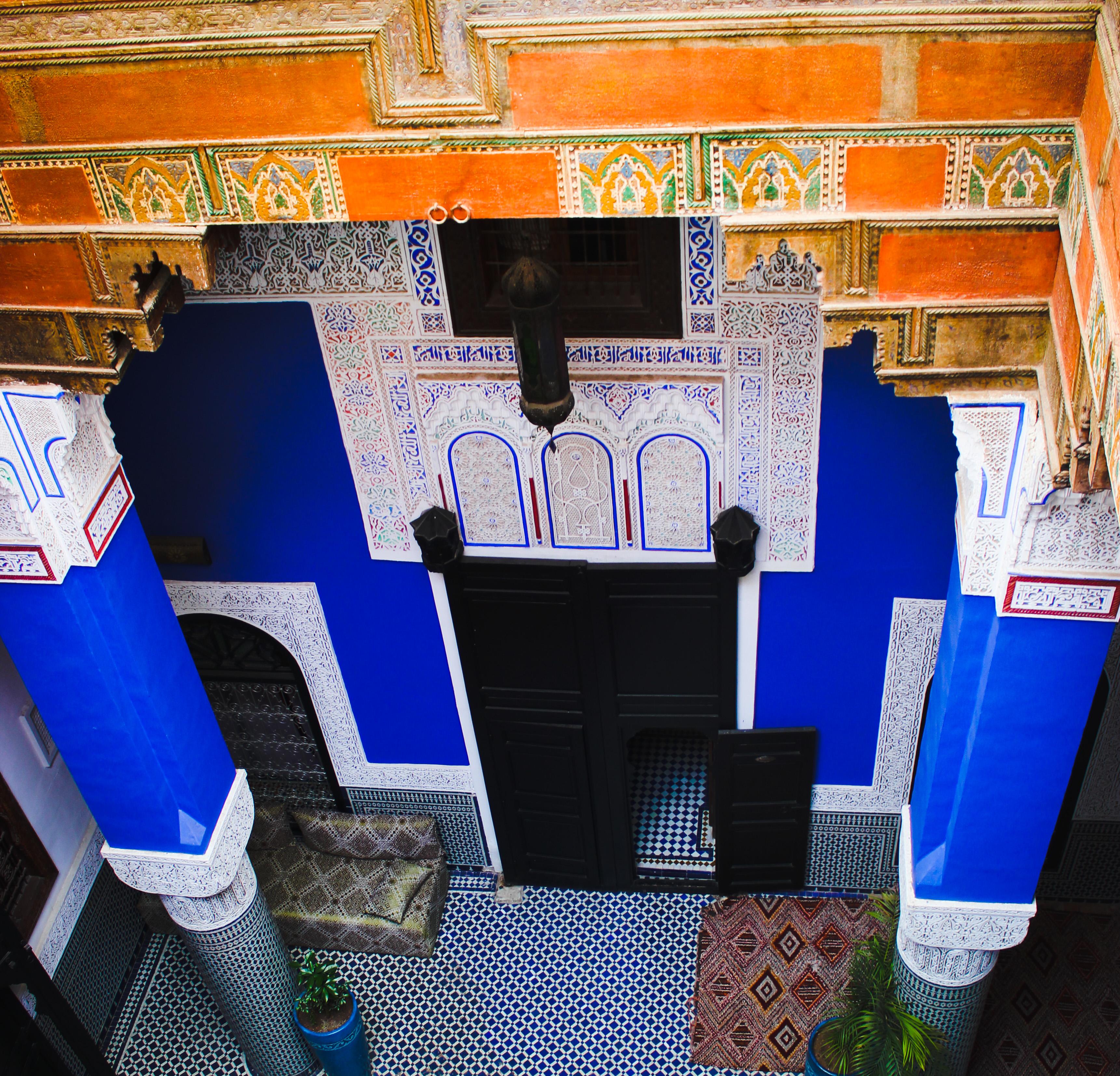Su rl'image on voit les murs bleus du riad d'or à Meknès