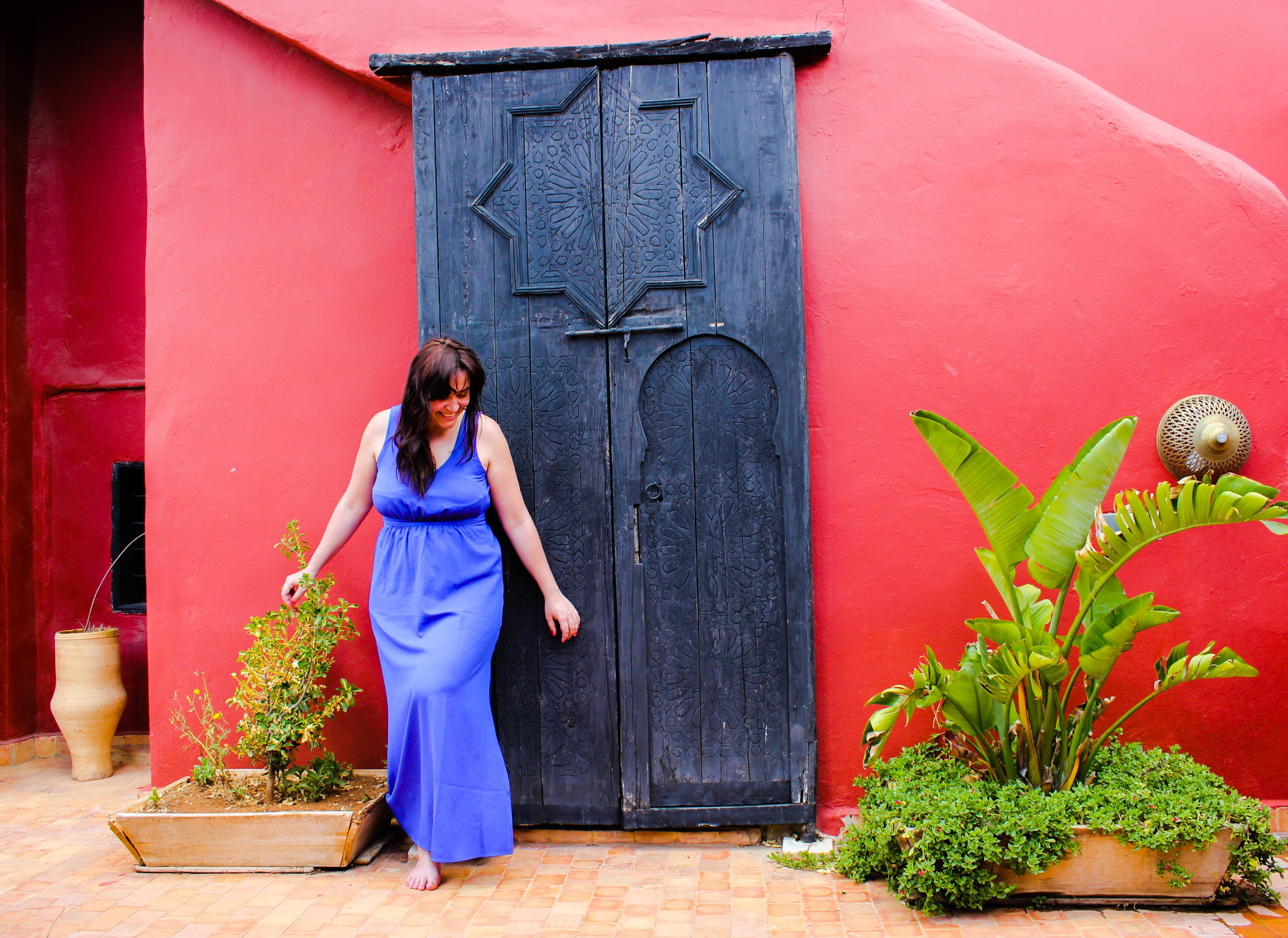 Image d'une femme devant une porte du riad d'or à Meknès