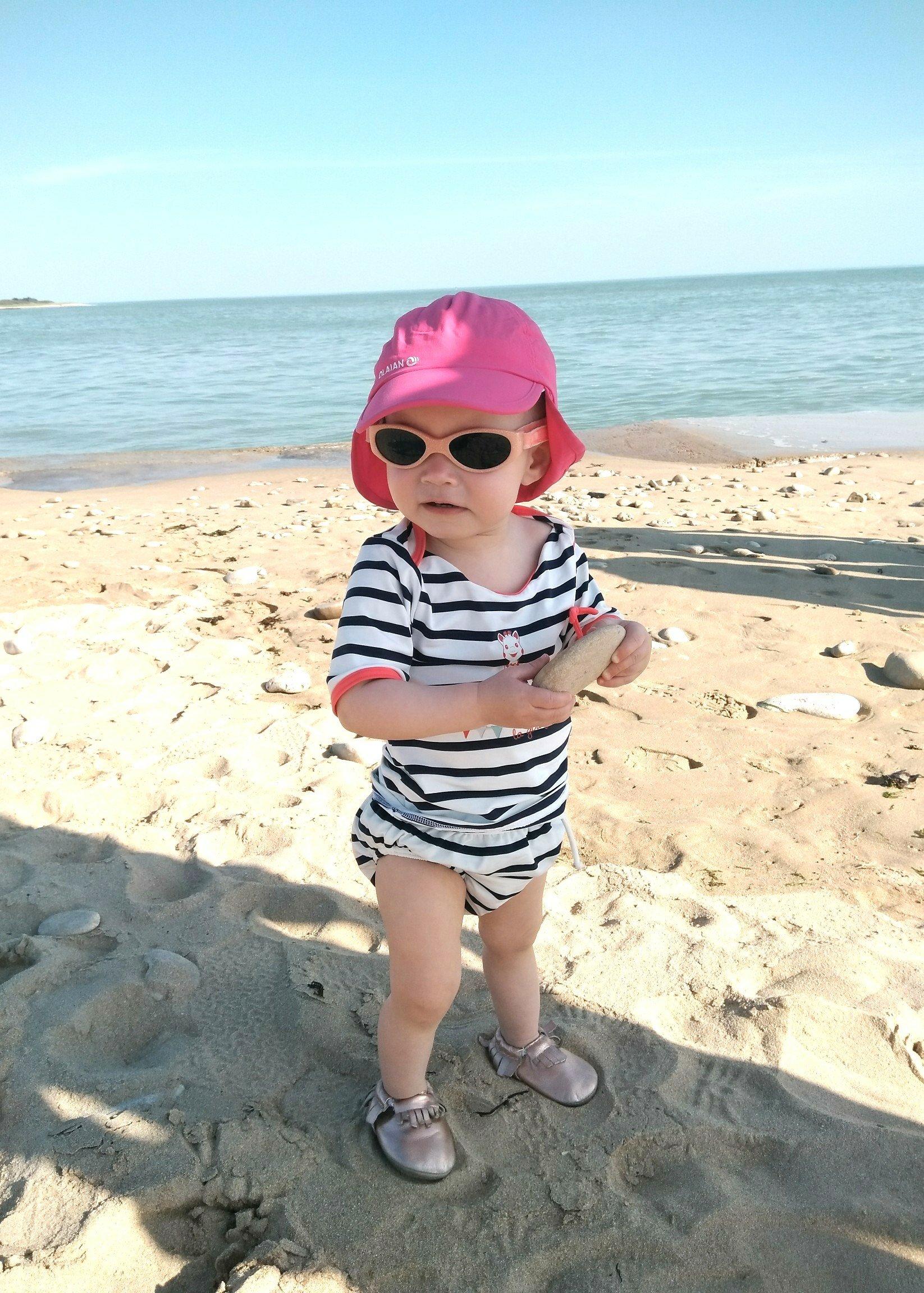 bébé au bord de l'eau avec un maillot de bain anti UV MAYOPARASOL